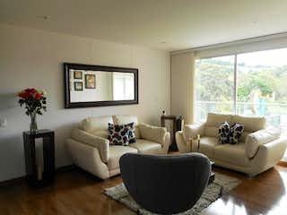 Una sala de estar llena de muebles y una gran ventana en Apartamento En Venta Los Lagartos de 130mt2 con balcón.
