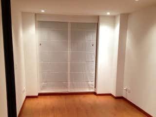 Una cocina con suelo de madera y paredes blancas en Apartamento En Venta En Bogota Bella Suiza-Usaquén