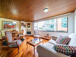 Una sala de estar llena de muebles y una gran ventana en Apartamento en venta en Santa Bárbara Oriental, de 76mtrs2 con chimenea