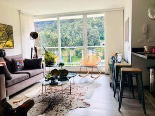 Una sala de estar llena de muebles y una ventana en Apartamento En Venta En Chapinero Alto, de 70mtrs2 con 2 balcones