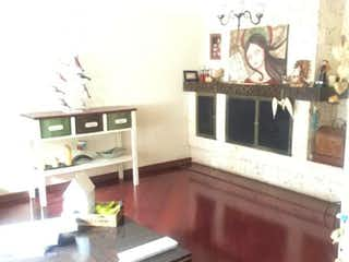 Una sala de estar llena de muebles y una chimenea en Casa En venta En Santa Paula, de 255mtrs2