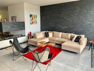 Una sala de estar llena de muebles y una televisión de pantalla plana en Casa en venta en Loma del Escobero de 1000 mt con chimenea