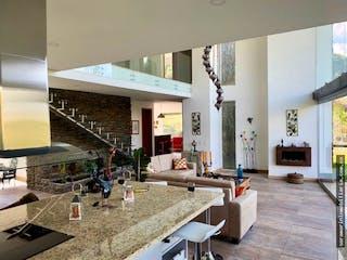 Una cocina con una mesa y sillas en ella en Casa en venta en El Carmen de Viboral de 3750 mt