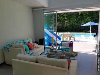 Una sala de estar llena de muebles y una ventana en Casa en venta en Los Guayabos de 600 mt amueblada