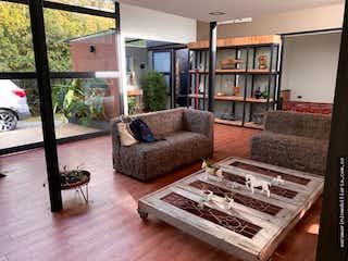 Una sala de estar llena de muebles y un estante de libros en Hermosa casa Campestre en el Alto del Escobero