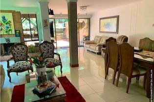 Casa en venta en Loma del Escobero de cuatro alcobas