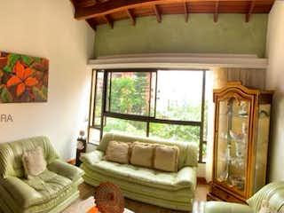 Una imagen de una sala de estar con un gran ventanal en Casa en venta en Alejandría de 800 mts2 de 4 niveles