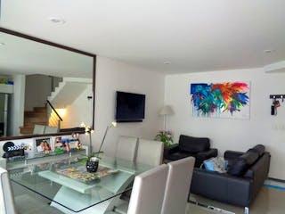 Una sala de estar llena de muebles y una televisión de pantalla plana en Casa en venta en Portales de 140mts, tres niveles