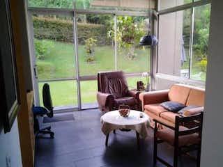Una sala de estar llena de muebles y una ventana en Casa en venta en  Medellin Poblado Palmas 3 habitaciones
