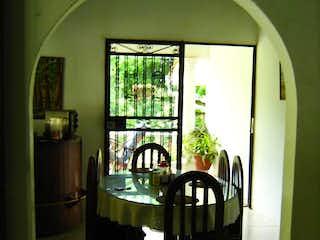 Una habitación que tiene una mesa y sillas en ella en Finca en venta en  Sopetran Sopetran Vereda Otra Banda 2 habitaciones
