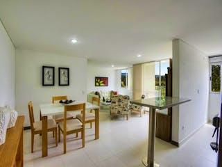 Una cocina con un montón de sillas y una mesa en URB SIERRA MORENA  AP 1110