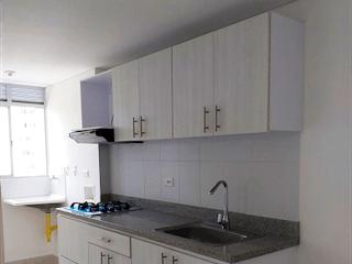 Una cocina con una estufa de fregadero y armarios en URB CAPELLA