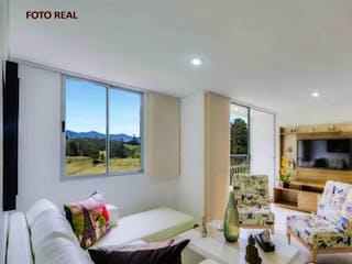 Una sala de estar llena de muebles y una gran ventana en URB SIERRA MORENA
