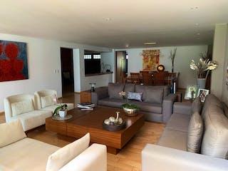 Una sala de estar llena de muebles y una mesa en Casa en venta en Club de Golf México, 385mt