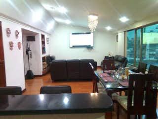 Una sala de estar llena de muebles y una televisión de pantalla plana en Apartamento en Galerias, Teusaquillo - Cuatro alcobas