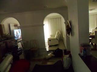 Una sala de estar llena de muebles y una ventana en Casa En Venta En Barrio Colón, de 240mtrs2
