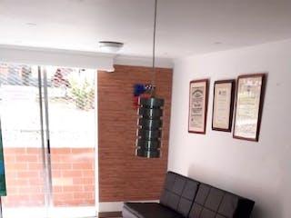 Una habitación que tiene una mesa y sillas en ella en colores etapa 3