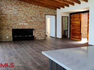 Una sala de estar con chimenea y una chimenea en Quintas de Sajonia