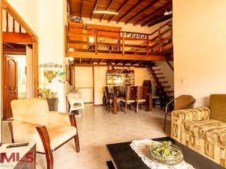 Una sala de estar llena de muebles y una gran ventana en Portal Del Norte