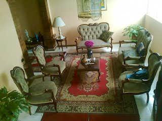 Una sala de estar llena de muebles y una chimenea en Casa En Venta En Bogota Quiroga