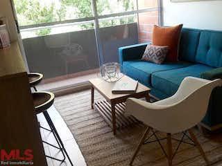 Una sala de estar llena de muebles y una ventana en Territorio Verde