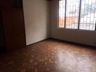 Una cama sentada en una habitación junto a una ventana en Casa En venta En Bogota Pasadena- 4 alcobas