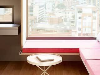 Una sala de estar llena de muebles y una ventana en Trend Suites