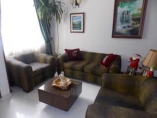 Una sala de estar llena de muebles y un sofá en -