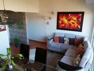 Una sala de estar llena de muebles y una televisión de pantalla plana en Parques de Turinga