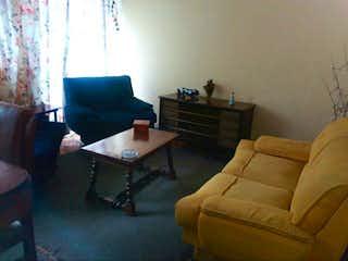 Una sala de estar llena de muebles y un sofá en Casa en La Estrada, Engativa - Cuatro alcobas