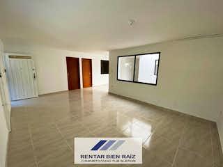 Una habitación con una televisión y un sofá en ella en Casa en venta en Barrio La América de 180 mts2 de 2 niveles