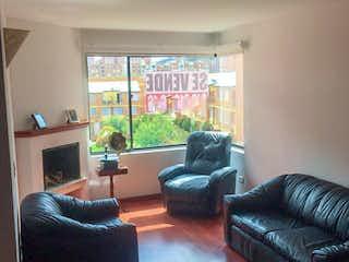 Una sala de estar llena de muebles y una televisión de pantalla plana en La Familia