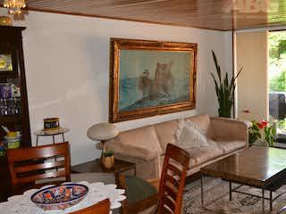 Una sala de estar llena de muebles y una lámpara de araña en Edificio Palmares Ph
