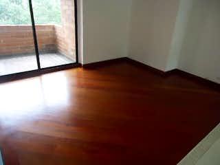 Una cama en una habitación con suelo de madera en EDIFICIO SANTA BARBARA