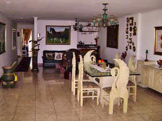 Una sala de estar llena de muebles y una chimenea en Montecarlo Real
