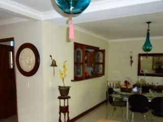 Una sala de estar llena de muebles y un reloj en Sierra Verde