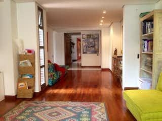 Una sala de estar llena de muebles y un suelo de madera en Apartamento en venta en Los Balsos de cuatro habitaciones