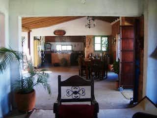 Una sala de estar llena de muebles y una planta en maceta en PARCELACION EL PARAISO