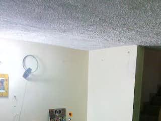 Una sala de estar llena de muebles y una ventana en Casa en venta en Las Margaritas de 87mts, tres niveles