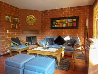 Una sala de estar llena de muebles y una chimenea en Casa ubicada en San Nicolas de Cuatro alcobas
