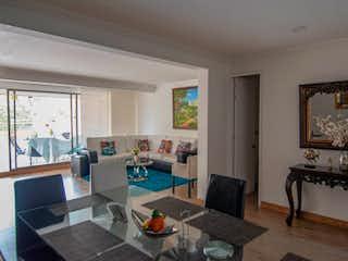 Una sala de estar llena de muebles y una mesa en AP MURANO