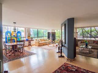 Una sala de estar llena de muebles y una mesa en AP SALAMANCA