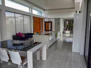 Una cocina con una mesa y una mesa en PRADO VERDE