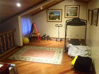 Una sala de estar llena de muebles y una alfombra en -