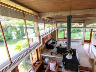 Una habitación llena de muebles y una gran ventana en Casa En Venta En Santa Ana, de 450mtrs2