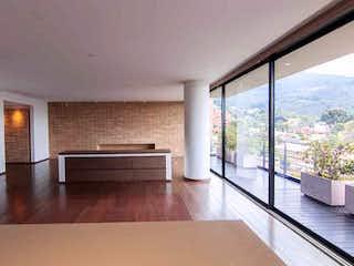Una sala de estar muy bonita con un gran ventanal en Apartamento En Venta En Barrio Usaquén, de 324mtrs2, con balcón