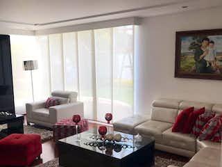 Una sala de estar llena de muebles y una gran ventana en Conjunto Tarragona