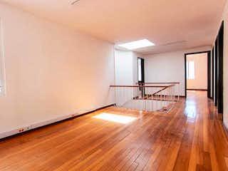 Una sala de estar con suelos de madera y suelos de madera en Casa  en venta en  Bogota Polo Club 4 habitaciones