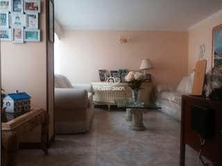Una sala de estar llena de muebles y una chimenea en Casa en venta en Barrio Cedritos de tres habitaciones