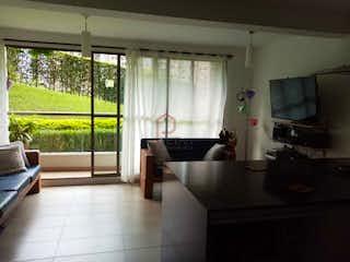 Una sala de estar llena de muebles y una ventana en Apartamento en venta en  en la loma de los Bernal 2 habitaciones